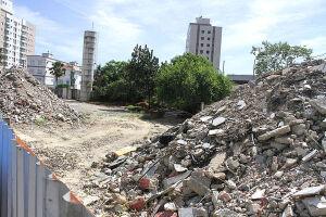 Passados mais de dois anos do anúncio da obra, o terreno continua cercado por tapumes; o antigo prédio do Pronto-Socorro da Zona Leste, que havia no local, foi demolido