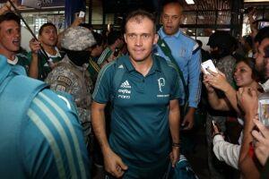 Técnico Eduardo Batista durante o desembarque do Verdão