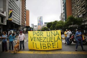 Manifestantes bloqueiam o trânsito em avenida de Caracas, na Venezuela