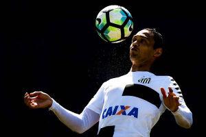A renovação do centroavante Ricardo Oliveira deve ocasionar uma longa novela nos bastidores do Santos