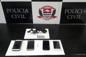 Os investigadores apreenderam a arma usada pela dupla e recuperaram pertences roubados das vítimas