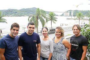 Diego (esq.), Luiz Carlos (blusa preta), Camila (centro), Nayara (dir.) e Gustavo (dir.) participaram da primeira turma do projeto social Tripulantes do Futuro, lançado em 2008