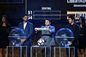 Hugo Figueredo, diretor da Conmebol, foi o responsável por anunciar os times durante todo o sorteio