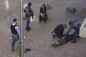 A polícia britânica anunciou neste domingo (4) a detenção de 12 pessoas na zona leste de Londres
