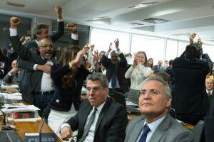 Senadores de oposição ao projeto aprovado na Câmara comemoraram bastante vitória de ontem na CES