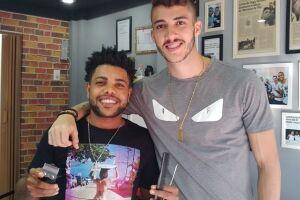 Reportagem conversou com zagueiro na Gugu Barbershop, em Santos