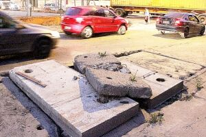 Na lateral da rua algumas tampas de cimento e ferro que cobrem a rede de esgoto se soltaram e oferecem risco de acidente, principalmente em dias de chuva