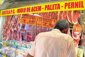 Os Estados Unidos anunciarem a suspensão da compra de carne bovina brasileira