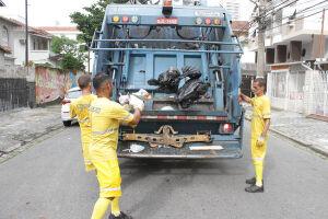 Em Santos, 22 caminhões fazem a coleta de manhã pelos bairros da cidade. À noite, o serviço conta com 15