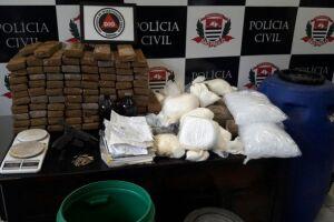 Os investigadores apreenderam maconha, cocaína, crack e munições de diversos calibres em uma casa usada como depósito do tráfico
