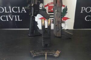 As armas foram apreendidas em cima do guarda-roupa do acusado