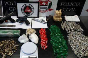Quase quatro quilos de drogas, três armas de fogo, 79 munições e anotações do tráfico foram apreendidas por policiais da DIG de Santos