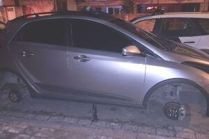 Os criminosos furtaram duas rodas deste veículo na Avenida Dom Pedro I, na Vila Belmiro