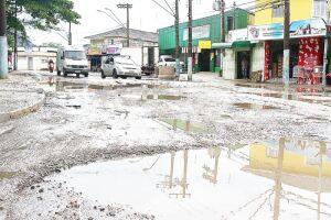 Crateras e lama dominam paisagem da Avenida Penedo, no bairro Catiapoã