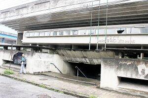 Com vidraças quebradas, o prédio da antiga escola Acácio de Paula Leite Sampaio - que chama a atenção pela arquitetura - segue abandonado e sem data para ser reaberto