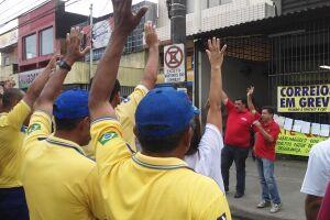 Após assembleia em frente à agência de Vicente de Carvalho, carteiros seguiram em passeata pela Av. Santos Dumont