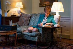 Nicola Sturgeon redige carta à primeira-ministra britânica pedindo novo referendo de independência