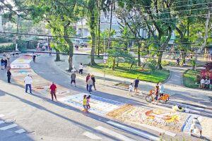 A confecção dos tapetes em frente à Paróquia Nossa Senhora Aparecida, em Santos, começou por volta das 9h e contou com a ajuda de alunos de três escolas da cidade