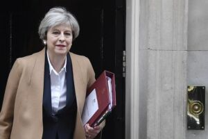A primeira-ministra espera obter o apoio do norte-irlandês Partido Democrático Unionista