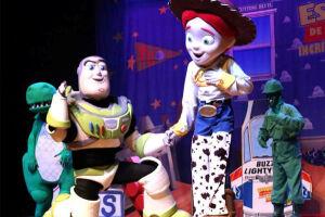"""A peça """"Amigo Estou Aqui - Incrível Mundo de Toy Story"""" chega a Santos no dia 08 de julho"""
