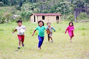 Crianças correm livremente pela reserva; sem regularização das terras, escolas da aldeia estão em estado precário de conservação e precisam de reforma urgente