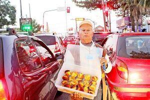 Manoel vende queijadinhas e é o ambulante mais antigo do Ferry Boat; trabalha no local há 43 anos