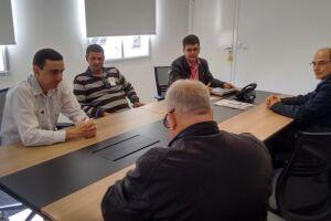 O presidente da Câmara, Rodrigo Alemão, com o especialista em Faixas de Domínio, Donizete Cassimiro, e com o coordenador de Planejamento da Engenharia, Emanuel Matioli