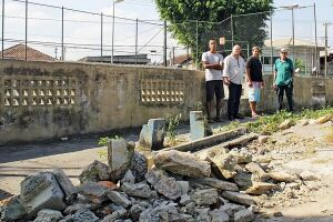 Moradores contam que os problemas na praça se agravaram no ano passado, após a queda de uma árvore que destruiu a cobertura da quadra e a antiga pista de bocha
