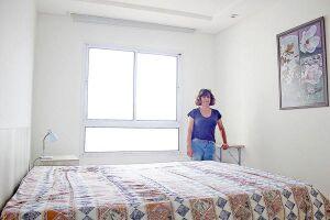 Em busca de renda extra, Sandrine passou a alugar o quarto da própria casa. Alternativa deu tão certo que o imóvel foi adaptado para acomodar melhor os hóspedes