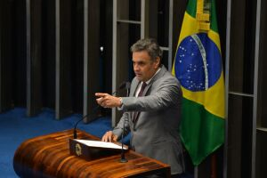 Aécio Neves (PSDB-MG) voltou nesta terça-feira (4) a frequentar o Senado Federal