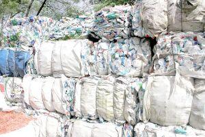 Garrafas plásticas de leite e embalagens metalizadas como as de salgadinhos se acumulam nas cooperativas da Região
