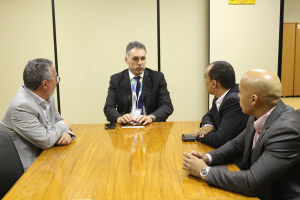 Adilson Junior (PTB) e os vereadores Geonísio Aguiar (PSBD) e Fabiano Reis (PR) participaram de reunião ontem com o presidente dos Correios para garantir funcionamento