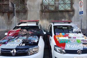 Celulares e acessórios foram recuperados pelos policiais em varredura na manhã deste domingo (9)