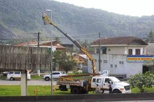 Os serviços contemplam a colocação de postes, implantação de cabeamento, luminárias e lâmpadas a vapor de 70 e 250 watts