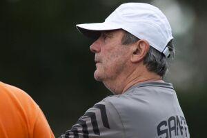O técnico Levir Culpi terá que lidar com diversos problemas para o confronto com o Santos diante do Atlético Mineiro