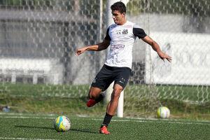 O Santos acertou nesta segunda-feira (17) a renovação de contrato do zagueiro Lucas Veríssimo