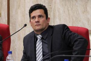 O juiz federal Sérgio Moro citou os grampos que pegaram o petista, em março do ano passado, e alimentaram o embate entre defesa e magistrado