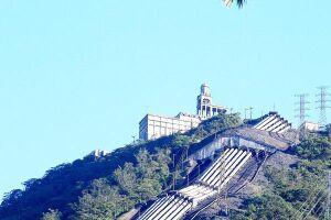 O conjunto de oito tubulações pode ser visto de algumas cidades da Baixada Santista; há várias histórias que circulam sobre o que realmente passa por dentro deles