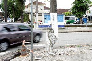 Possibilidade de queda do poste preocupa os moradores