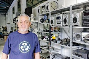 O bazar ajuda a adquirir renda para manter o único centro de reciclagem de eletrônicos da Baixada Santista