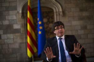Carles Puigdemont e seu governo destituído foram denunciados nesta segunda-feira (30)