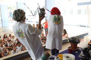 Performance artística sobre dengue para sensibilizar crianças sobre a importância do combate ao Aedes aegypti