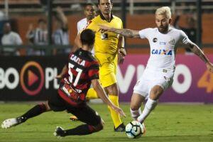 O meia Lucas Lima foi o único jogador vaiado do Santos no empate contra o Vitória por 2 a 2 nesta segunda (16)