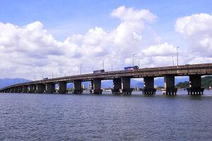 O crime ocorreu às 11h deste domingo, 15, na Ponte do Mar Pequeno, durante um congestionamento de veículos no retorno do feriado prolongado de Nossa Senhora Aparecida