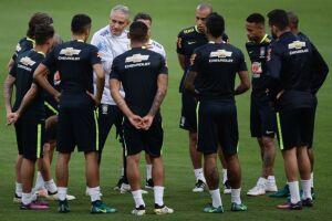 No treino, Tite dava atenção especial à marcação da equipe