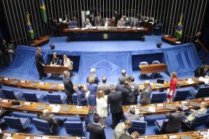 Após meses de discussão, deputados e senadores aprovaram no fim do prazo a reforma política