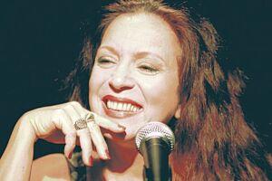 Tetê Espíndola promete emoção e surpresas em seu espetáculo