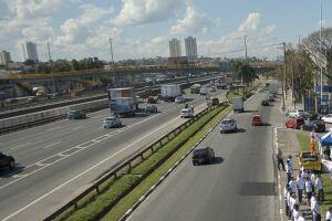 Na Via Dutra a previsão é de que pelo menos 300 mil veículos deixem a cidade de São Paulo