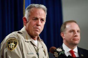 O xerife de Las Vegas, Joseph Lombardo (esq) fala à imprensa ao lado do agente do FBI Aaron Rouse