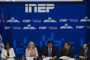 A presidente do Inep, Maria Inês Fini e o ministro da Educação, Mendonça Filho, durante a apresentação
